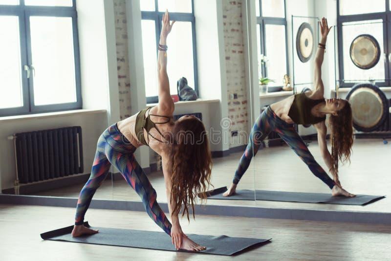 Schönheit in der Yogaklasse lizenzfreie stockfotografie