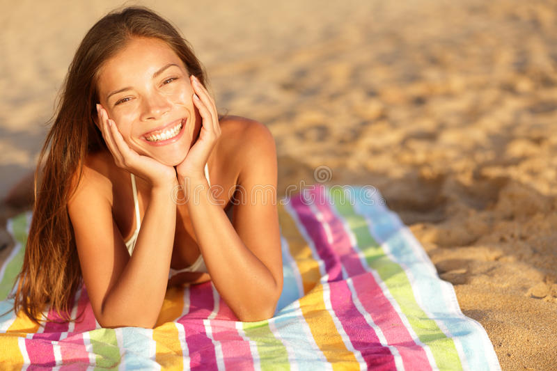 Schönheit, die auf dem Strand ein Sonnenbad nimmt lizenzfreie stockbilder