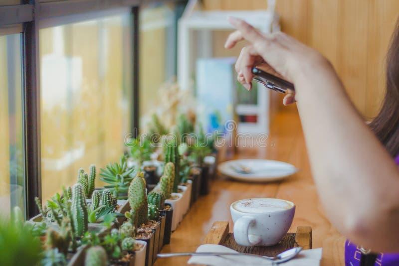 Schönheit, die ein Kaffeephoto macht lizenzfreie stockfotos