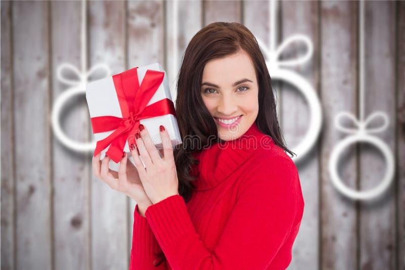 Schönheit, die ein Weihnachtsgeschenk hält stockfotos