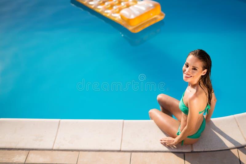 Schönheit, die im Sommer ein Sonnenbad nimmt lizenzfreies stockfoto
