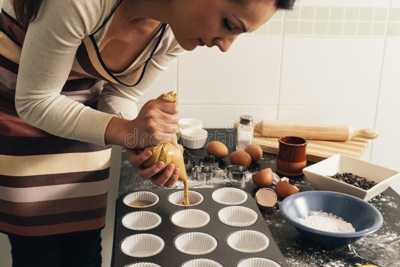 Schönheit, die Plätzchen und Muffins zubereitet lizenzfreie stockfotografie