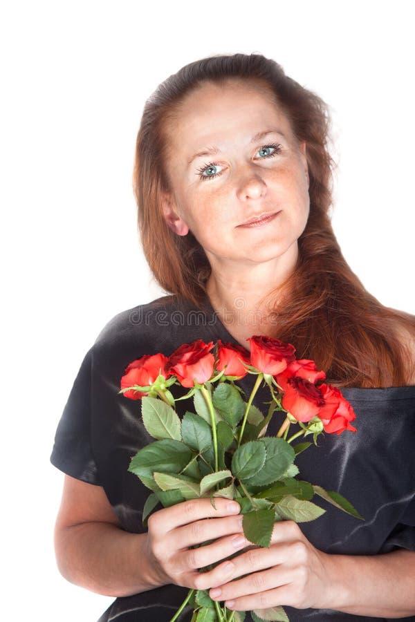 Schönheit, die Rosen hält stockfoto
