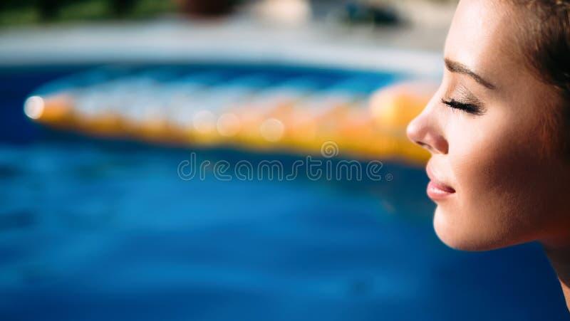 Schönheit, die Swimmingpool genießt lizenzfreies stockfoto