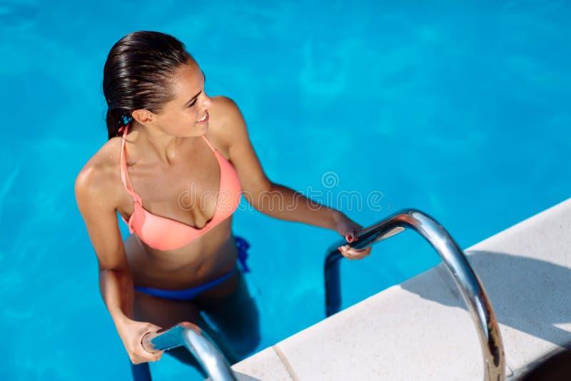 Schönheit, die Swimmingpool genießt stockbilder