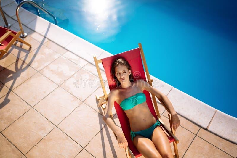 Schönheit, die Swimmingpool genießt stockfotos