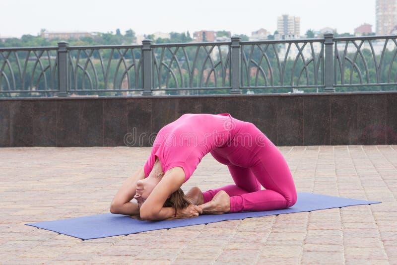 Schönheit, die Vriksasana-Haltung auf Yogaklasse tut stockfotos