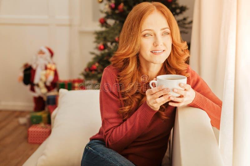 Schönheit, die Weihnachtsmorgen genießt stockfotografie
