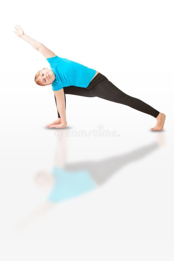 Schönheit, die Yoga auf weißem Hintergrund tut stockfotos