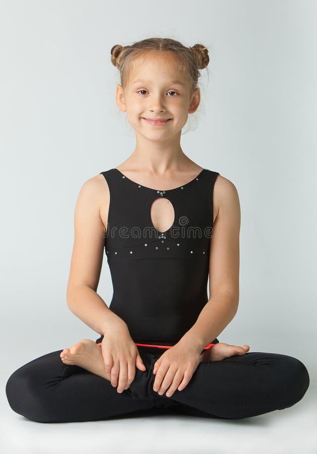 Schönheit, die Yoga auf weißem Hintergrund tut lizenzfreie stockfotografie