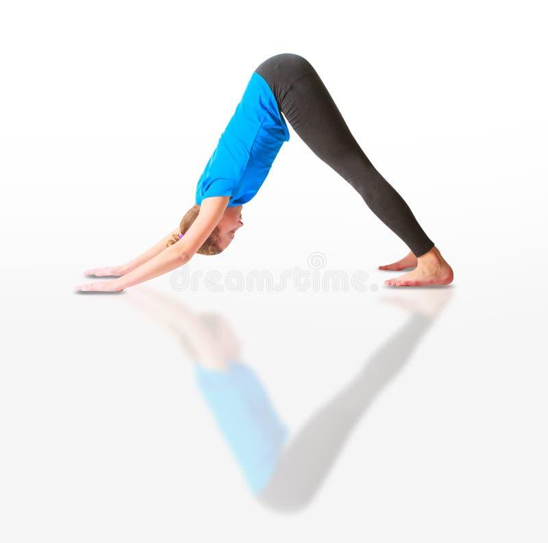 Schönheit, die yoguna Weißhintergrund tut stockbild