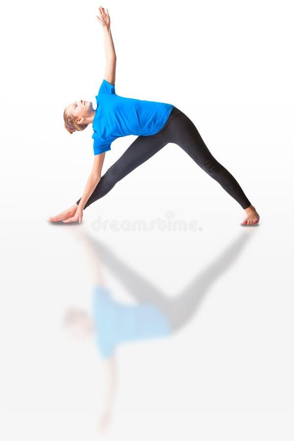 Schönheit, die yoguna Weißhintergrund tut lizenzfreie stockfotografie