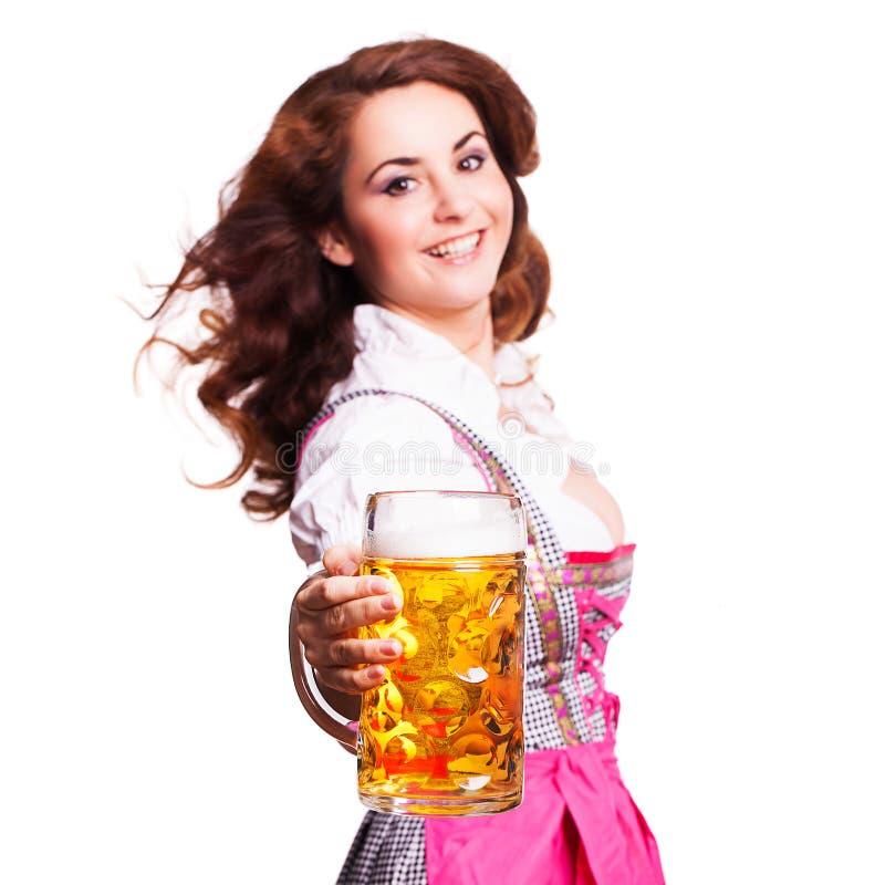 Schönheit in einem traditionellen bayerischen Dirndl mit einem Bier stockfoto