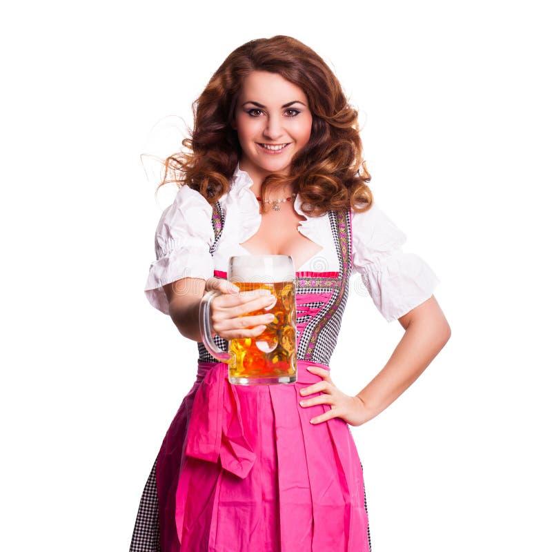 Schönheit in einem traditionellen bayerischen Dirndl mit einem Bier stockbilder