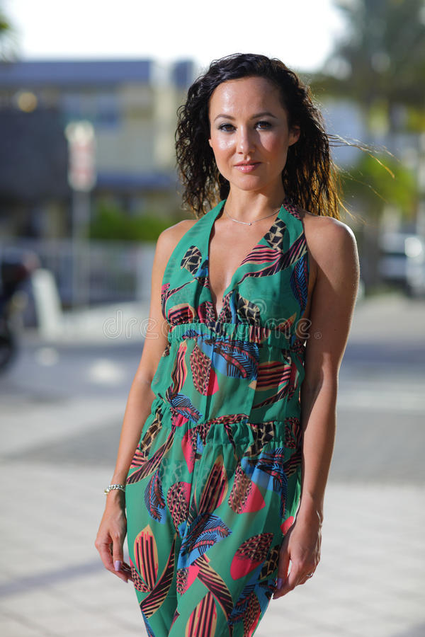 Schönheit in einem tropischen Kleid stockbilder
