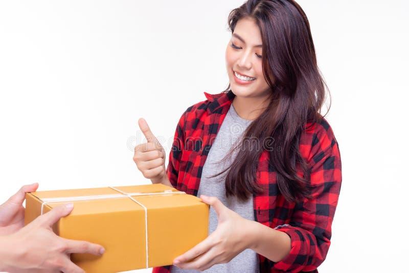 Schönheit empfangen Paket von der Warenlieferung Es sendet der Kundenfrau vom Ausland sehr schnell attraktiv lizenzfreies stockbild