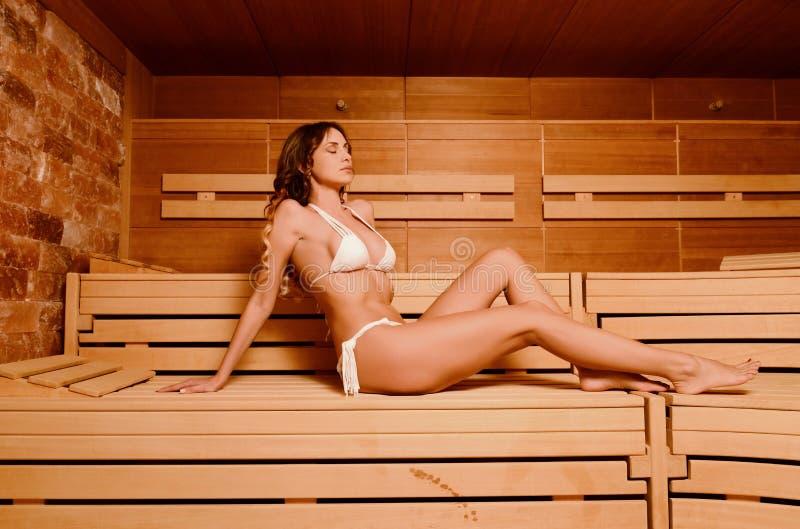 Schönheit entspannen sich, Sauna im Badekurort nehmend lizenzfreie stockfotos