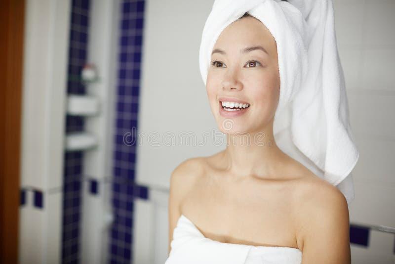 Schönheit frisch aus Dusche heraus lizenzfreie stockfotos