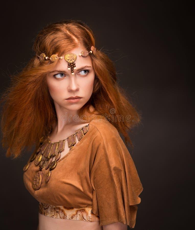 Schönheit gekleidet als Amazonas lizenzfreies stockfoto