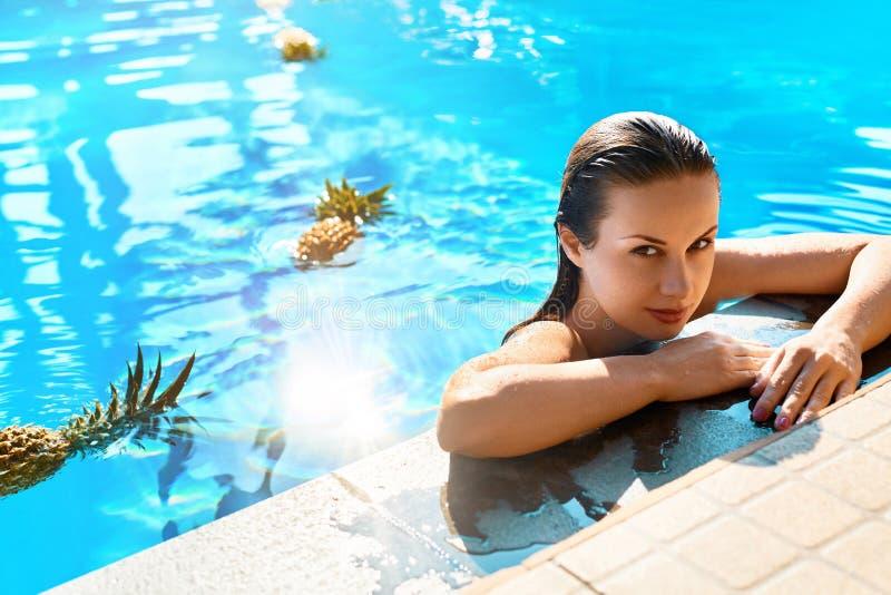 Schönheit, Gesundheitskonzept Früchte, gesunde Frau im Pool Frauenfuß im Wasser stockfoto