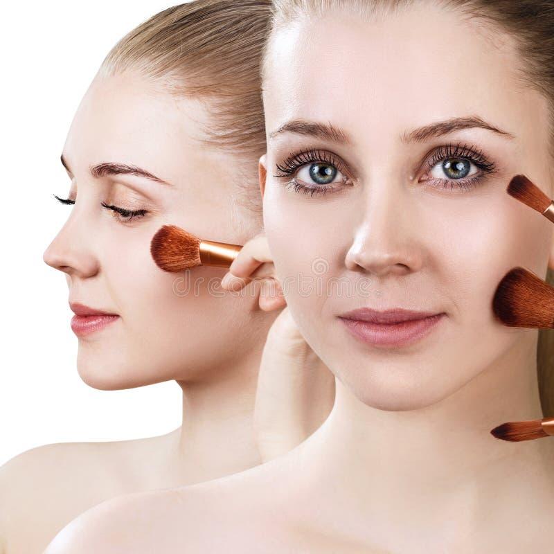Schönheit hält Make-upbürsten nahe Gesicht lizenzfreie stockfotos