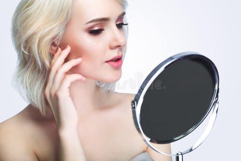 Schönheit, Hautpflege und Leutekonzept - lächelnde junge Frau treffen zu lizenzfreie stockfotos