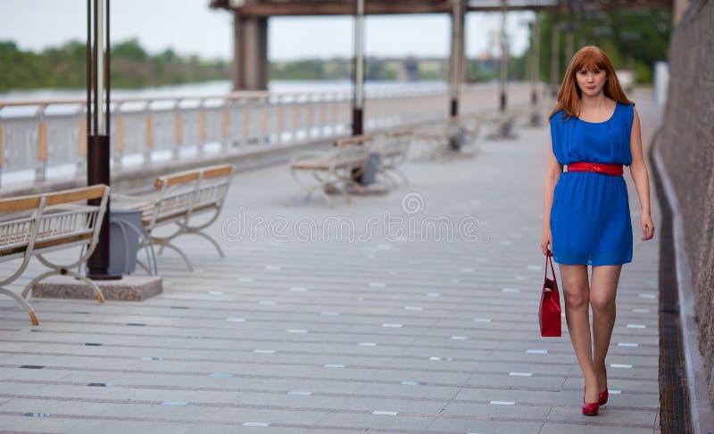 blaues kleid rote schuhe