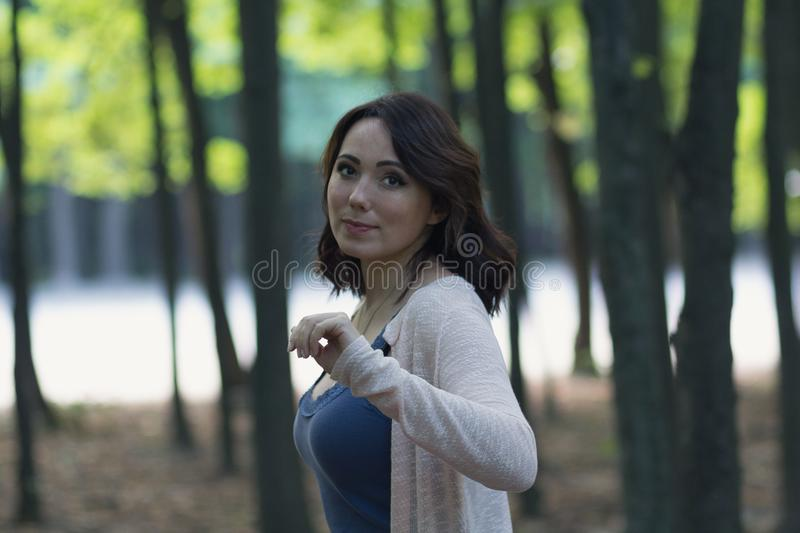 Schönheit im Garten mit mystischem Hintergrund stockfoto