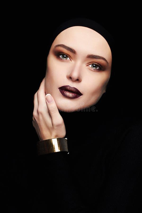 Schönheit im goldenen Armband Frauengesicht mögen eine Maske Schönheitsmake-up stockbilder
