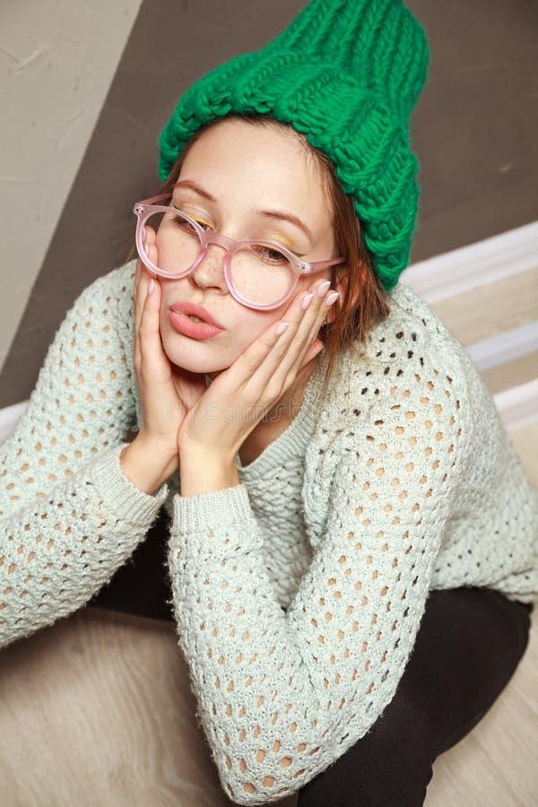 Schönheit im Hippie-Zauntritt kleidet das Sitzen auf Bretterboden stockbilder