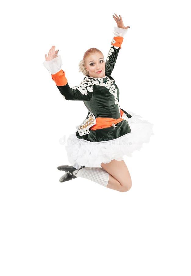 Schönheit im Kleid für die Iren tanzen das Springen lokalisiert lizenzfreies stockfoto
