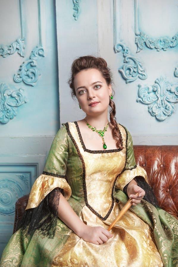 Schönheit im mittelalterlichen Kleid stockfotografie