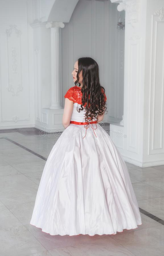 Schönheit im mittelalterlichen Kleid mit Krinoline in der Halle Ba stockfoto