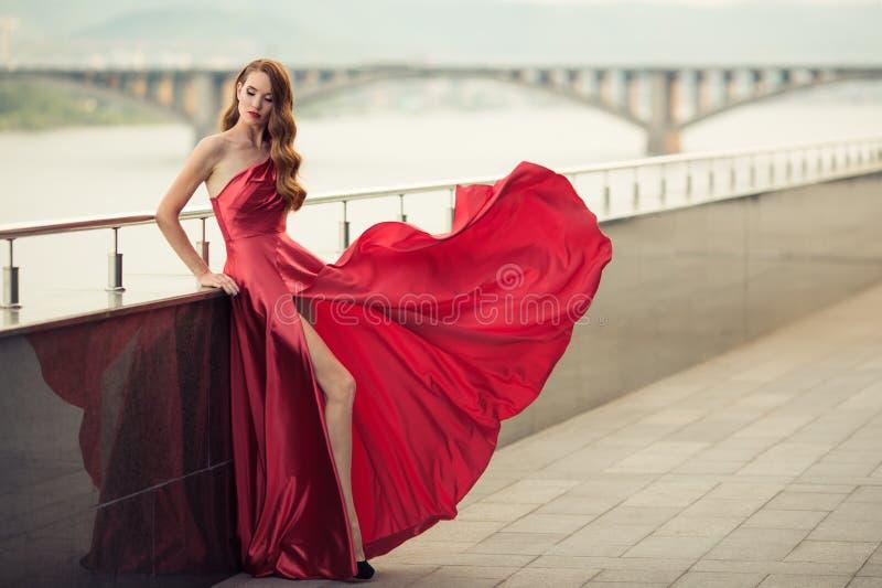 Schönheit im roten flatternden Kleid Städtischer Hintergrund stockbilder