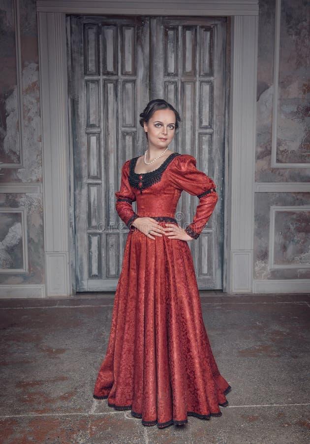 Schönheit im roten langen mittelalterlichen Kleid stockbilder