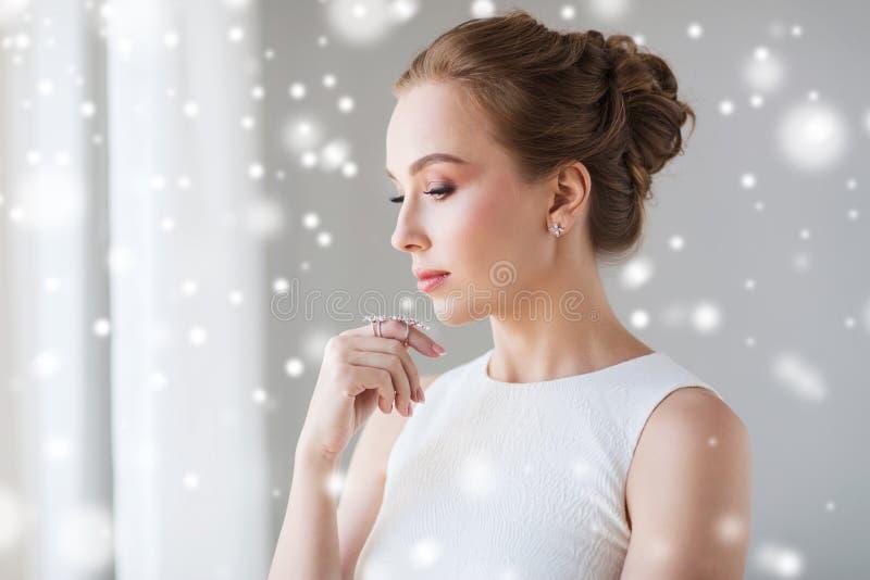 Schönheit im Weiß mit Diamantschmuck lizenzfreies stockbild