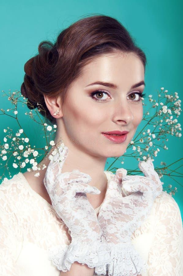 Schönheit im weißen Kleid auf Türkishintergrund stockbild