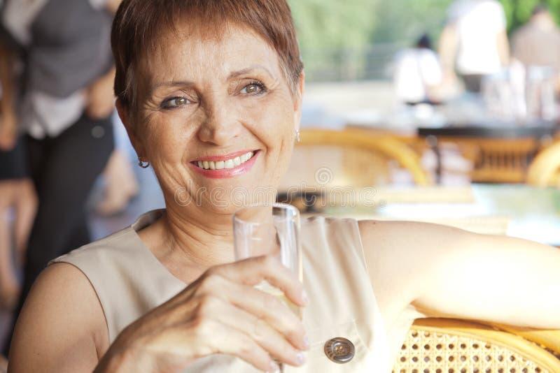 Schönheit 50 Jahre alt im Café lizenzfreies stockfoto