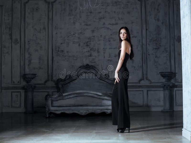 Schönheit junge Brunettefrau im Luxushaus stockbilder