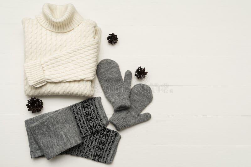 Schönheit kleidet Anordnung mit, Handschuhe, Strickjacke, Schal Flache Lage, Draufsicht lizenzfreies stockfoto