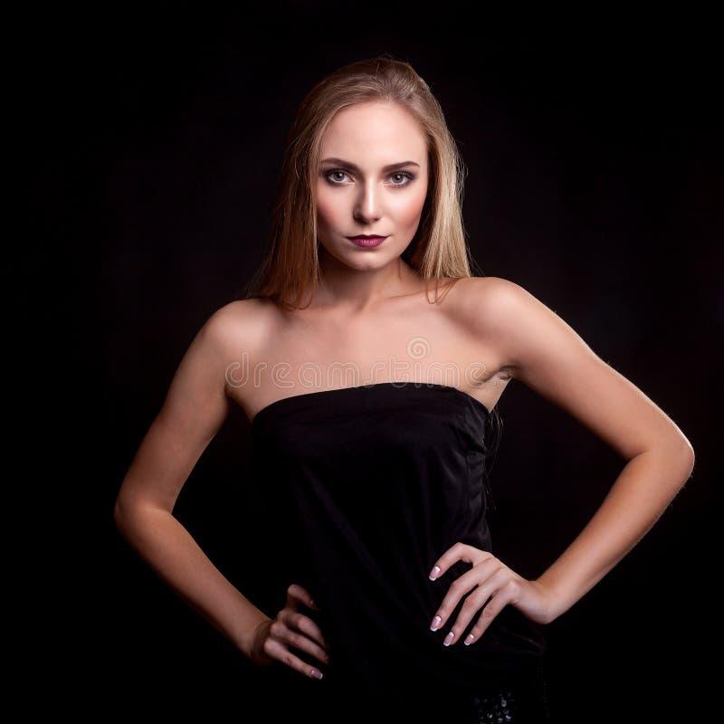 Schönheit kleidet in Mode über schwarzem Hintergrund stockbilder