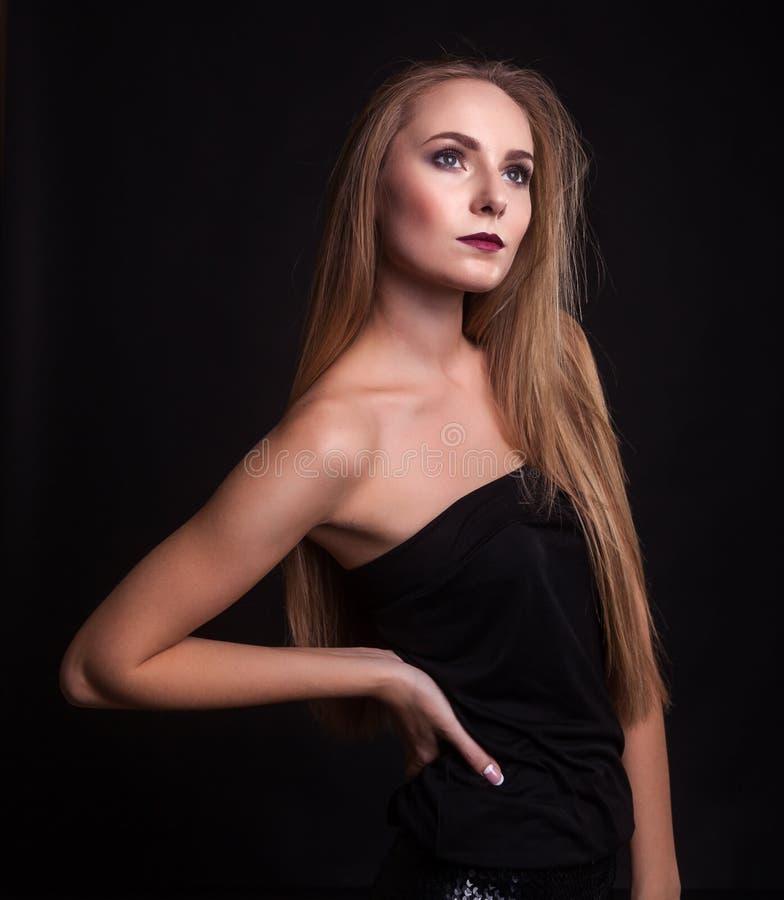 Schönheit kleidet in Mode über schwarzem Hintergrund lizenzfreies stockbild