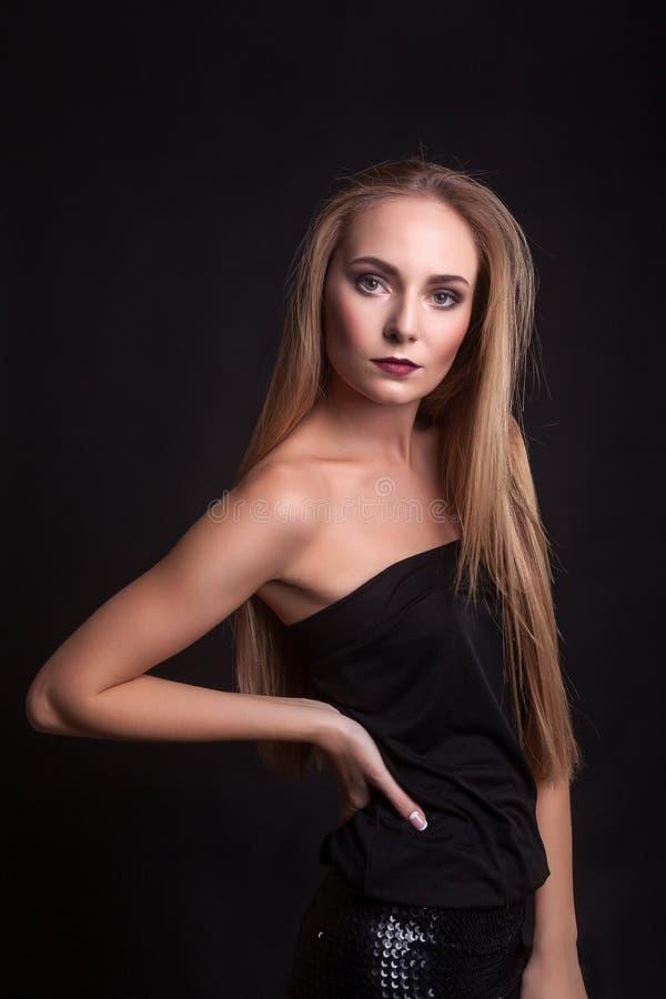 Schönheit kleidet in Mode über schwarzem Hintergrund lizenzfreie stockbilder