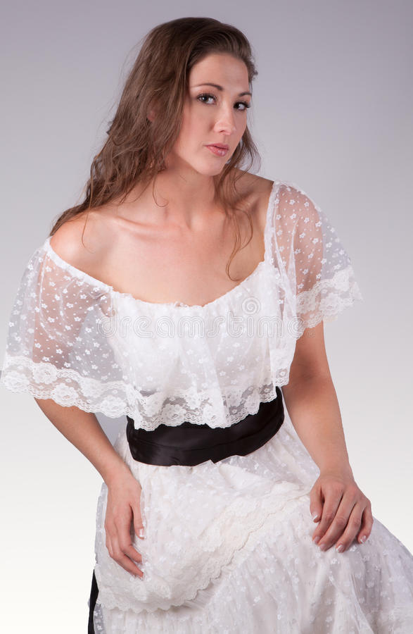 Schönheit in Lacy White Dress lizenzfreie stockbilder