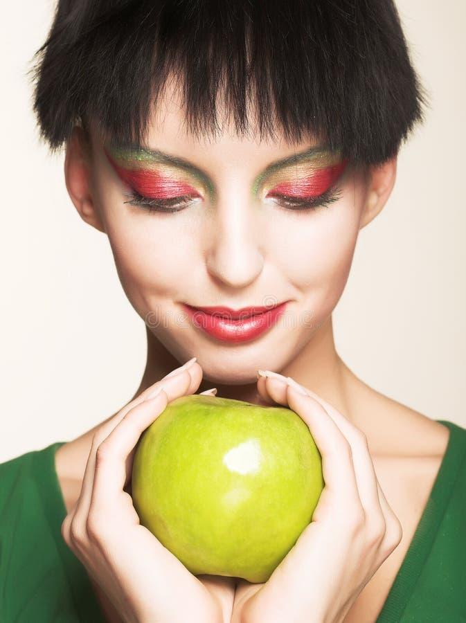 Schönheit mit Apfel lizenzfreie stockfotos