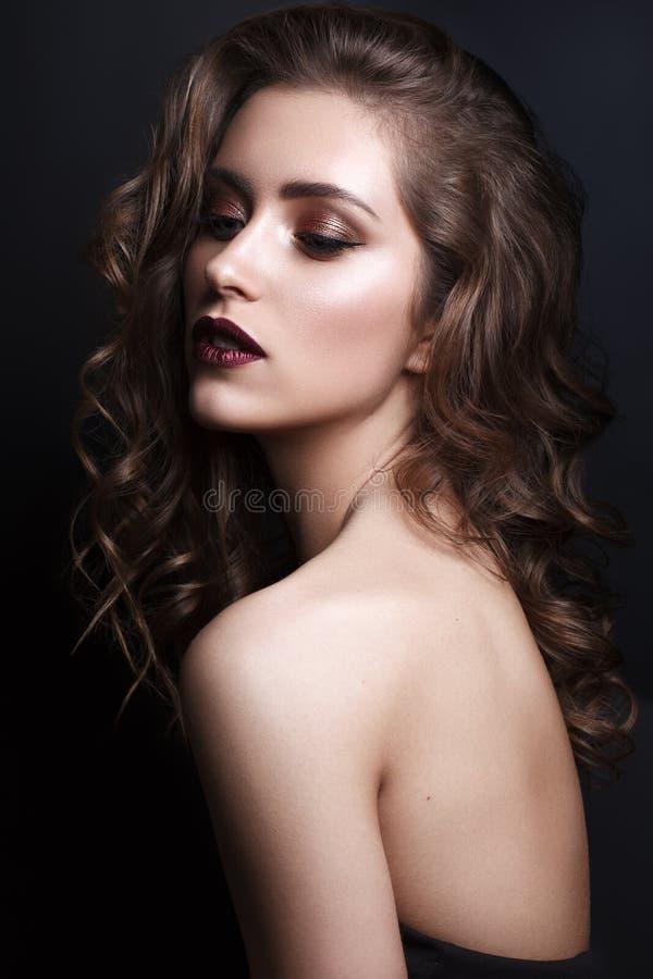 Schönheit mit Berufsabendmake-up und -frisur stockfoto