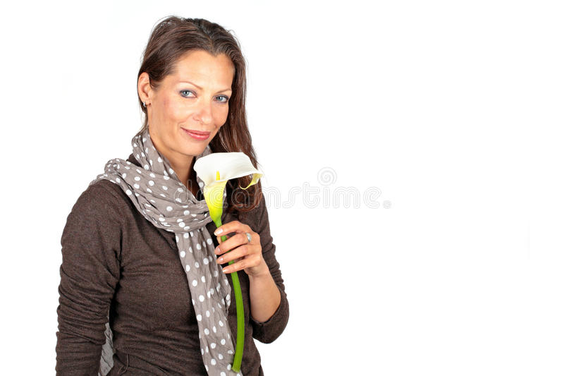 Schönheit mit blühender Cala-Blume lizenzfreies stockfoto