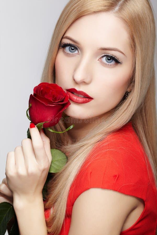 Schönheit mit Blume stockbild