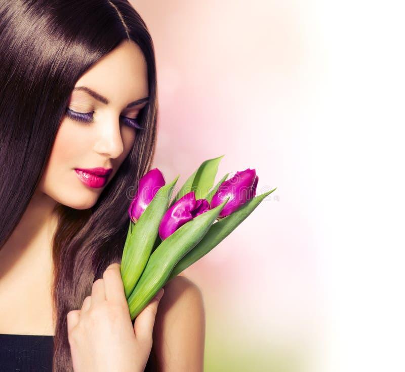 Schönheit mit Blumenblumenstrauß stockfoto