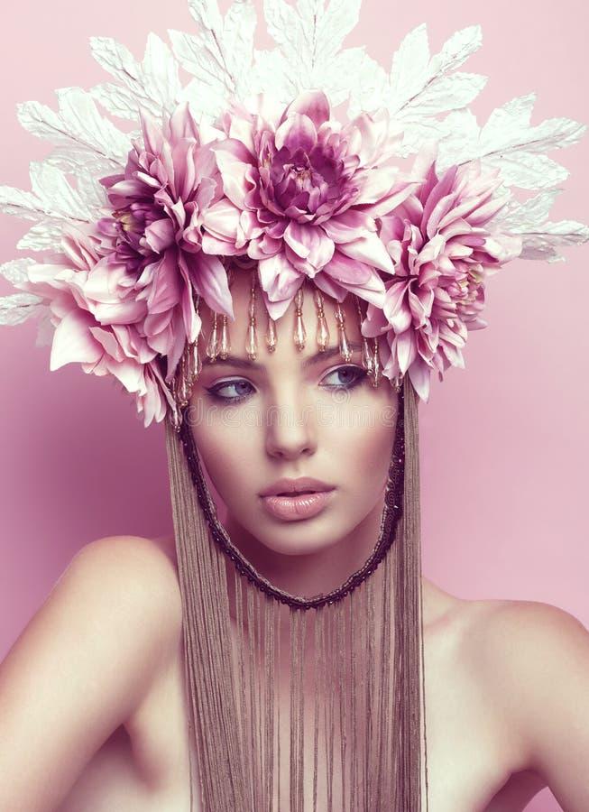 Schönheit mit Blumenkrone und Make-up auf rosa Hintergrund lizenzfreies stockfoto